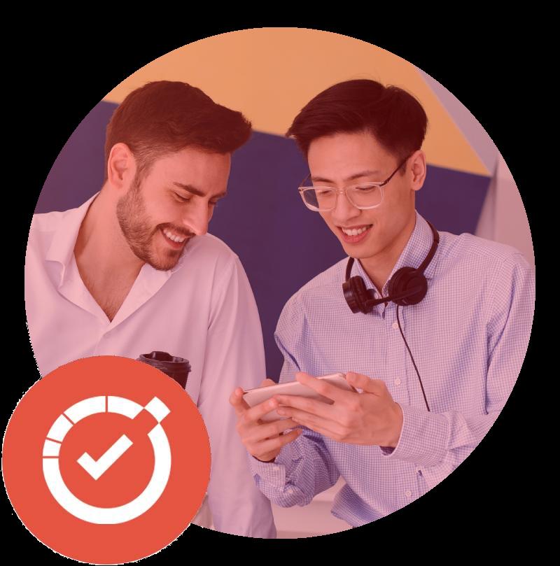 A imagem mostra dois colaboradores utilizando o software de comunicação no smartphone